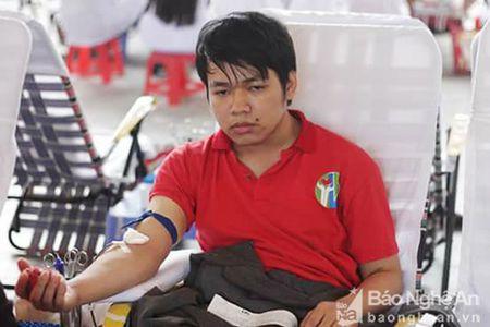 Chang trai Tan Ky 36 lan hien mau cuu nguoi - Anh 1