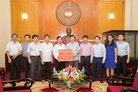 Nhan dan Quang Ngai chung tay ung ho cac tinh mien nui phia Bac bi mua lu - Anh 1