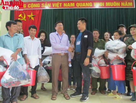 Mang hoi am tinh nguoi den voi dong bao tam lu Muong La - Anh 11