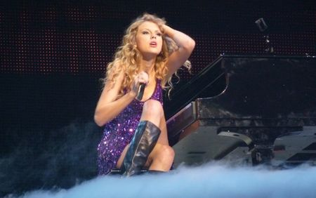 Taylor Swift: Tu ngoi sao nhi toi bieu tuong nhac pop - Anh 6
