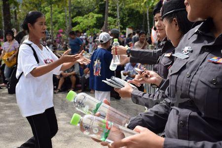 Hinh anh ben ngoai Toa an xet xu cuu Thu tuong Yingluck Shinawatra - Anh 2