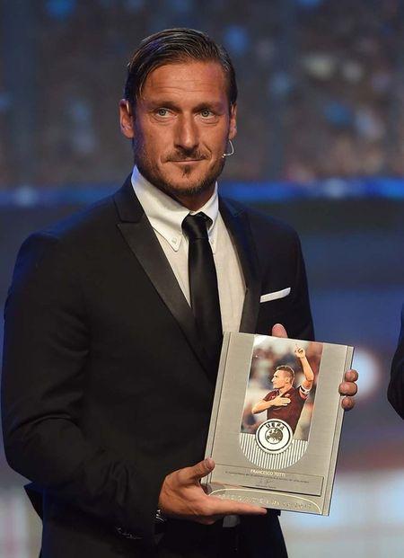 Francesco Totti 'xuong sac' trong ngay am giai 'Cong hien' - Anh 3