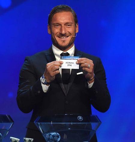 Francesco Totti 'xuong sac' trong ngay am giai 'Cong hien' - Anh 4