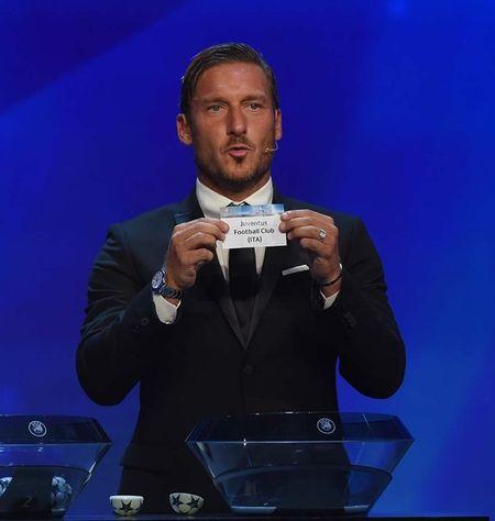 Francesco Totti 'xuong sac' trong ngay am giai 'Cong hien' - Anh 6