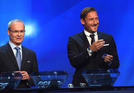 Francesco Totti 'xuong sac' trong ngay am giai 'Cong hien' - Anh 7