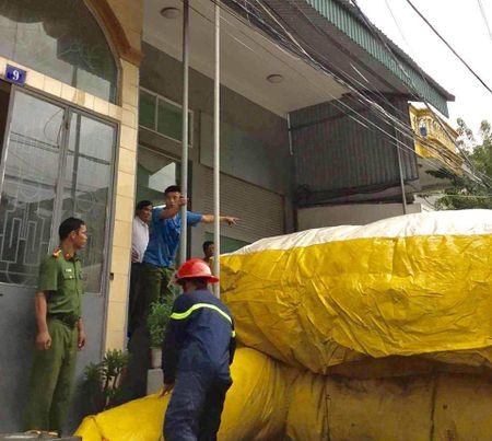 Quang Ninh: Thanh nien ngao da, nhay tu tang 3 xuong dat tu vong - Anh 2