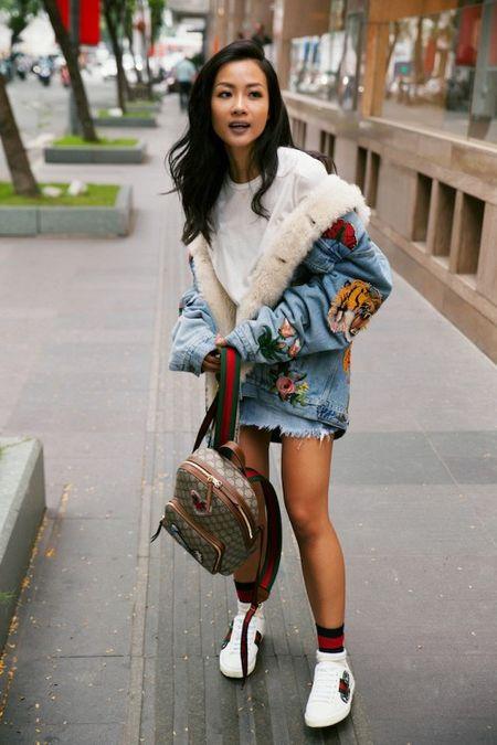 Cach dien chan vay va sneaker cuc chat cho co nang sanh dieu xuong pho - Anh 4