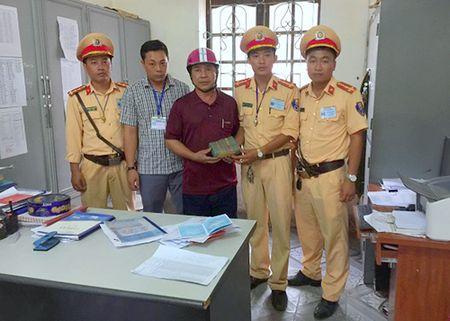 CSGT tra lai 450 trieu dong trong cop xe may cua thieu nu - Anh 1