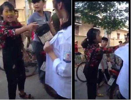 Xon xao clip nu sinh bi tum toc, danh toi boi tren pho Ha Noi - Anh 1