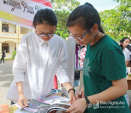 'Sot' cung Clubs Fair cua hoc sinh truong Phan - Anh 9