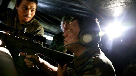 Tong thong Duterte tu ban tia phien quan tai Marawi - Anh 1