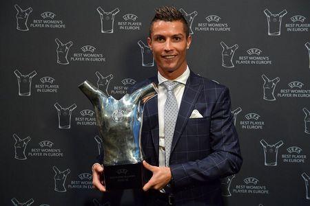Tin bong da sang 25/8: Ronaldo thong tri Champions League, Ibrahimovic lai ngong - Anh 1