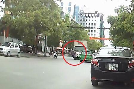 Clip: Qua duong bi xe tai tong trung, cu ba may man thoat chet - Anh 1