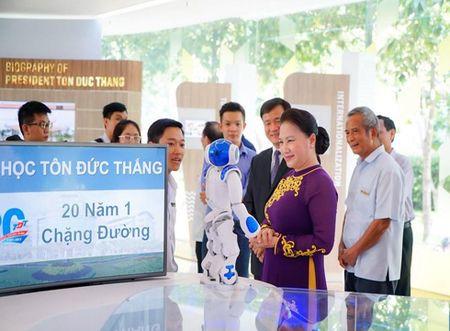 Chu tich Quoc hoi tang 20 suat hoc bong cho sinh vien Dai hoc Ton Duc Thang - Anh 1