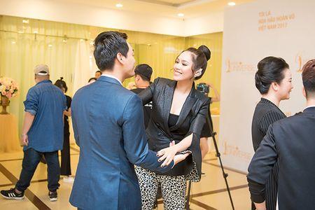 Pham Huong tu tin toa sang, A hau Hoang My - MC Phan Anh 'cam can nay muc' Hoa hau Hoan vu Viet Nam 2017 - Anh 4