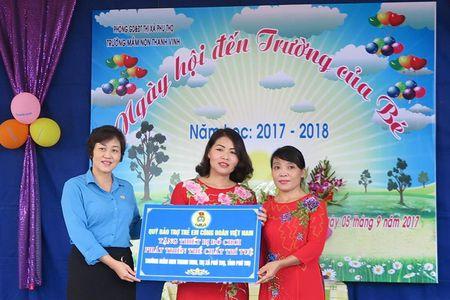 Phu Tho: Trao bo do choi phat trien tri tue va the chat nhan ngay khai giang nam hoc moi - Anh 1