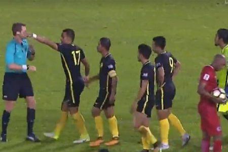 Bi thoi penalty phut bu gio, cau thu va HLV Malaysia dinh 'xu' trong tai - Anh 1