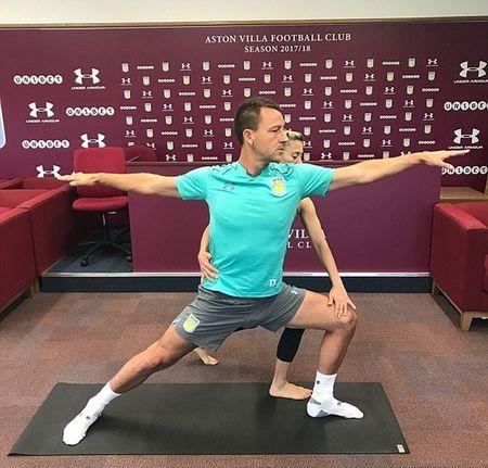 John Terry tap yoga ngay giua phong hop bao - Anh 1