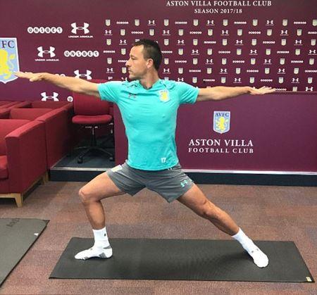 John Terry tap yoga ngay giua phong hop bao - Anh 2