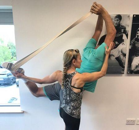 John Terry tap yoga ngay giua phong hop bao - Anh 5