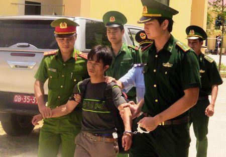 Bat doi tuong van chuyen 10 kg ma tuy da ve Viet Nam - Anh 1