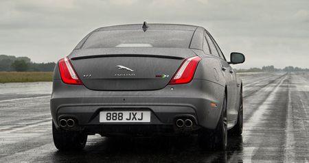 Sedan hieu suat cao Jaguar XJR575 chot gia tu 122.400 USD - Anh 3