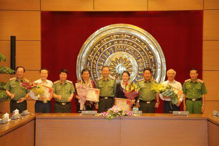 Chu tich Quoc hoi Nguyen Thi Kim Ngan lam viec voi Dang uy Cong an Trung uong - Anh 2