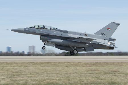 Phi cong Iraq tu nan tren dat My khi tap bay F-16 - Anh 1
