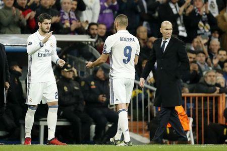 HLV Zidane bat chu tich Real ve khoan mua ban cau thu - Anh 3