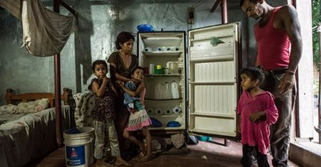 Nguoi Venezuela phai dot cui nau an vi khung hoang kinh te - Anh 1