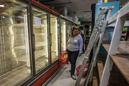 Nguoi Venezuela phai dot cui nau an vi khung hoang kinh te - Anh 2