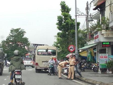 Hue: Xe du ben coc hoat dong nao loan tren duong pho, benh vien - Anh 12