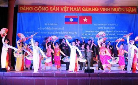 Tham tinh doan ket Viet - Lao trong dem bieu dien nghe thuat - Anh 1