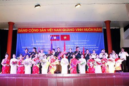 Tham tinh doan ket Viet - Lao trong dem bieu dien nghe thuat - Anh 2