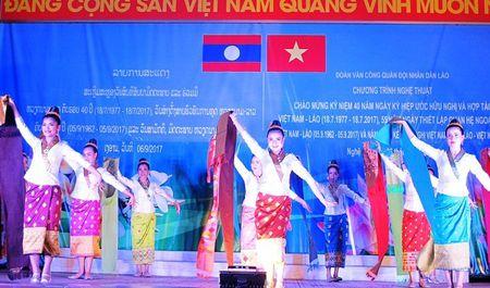 Tham tinh doan ket Viet - Lao trong dem bieu dien nghe thuat - Anh 3
