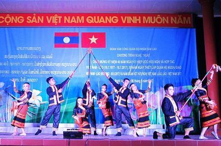 Tham tinh doan ket Viet - Lao trong dem bieu dien nghe thuat - Anh 4