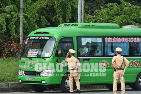 CSGT lap chot xu ly xe khach vi pham tren Dai lo Thang Long - Anh 1