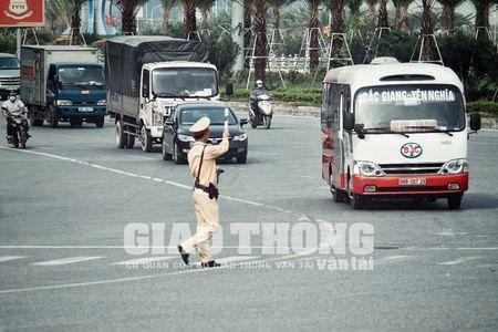 CSGT lap chot xu ly xe khach vi pham tren Dai lo Thang Long - Anh 2