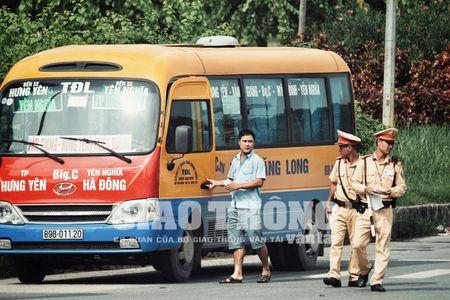 CSGT lap chot xu ly xe khach vi pham tren Dai lo Thang Long - Anh 3