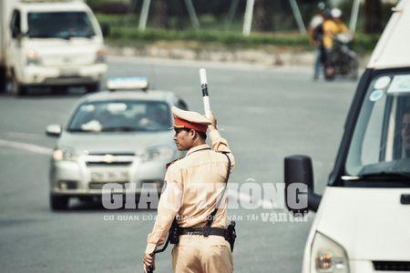 CSGT lap chot xu ly xe khach vi pham tren Dai lo Thang Long - Anh 4