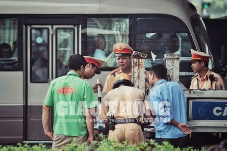 CSGT lap chot xu ly xe khach vi pham tren Dai lo Thang Long - Anh 5