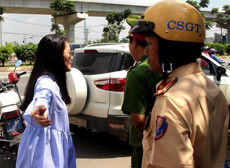 Lai xe qua toc do, dien vien Ngoc Lan tho lo to tieng voi CSGT - Anh 1