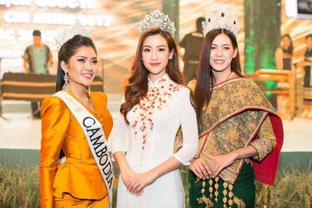 Hoa hau My Linh tu tin do dang cung Hoa hau Lao va Campuchia - Anh 1
