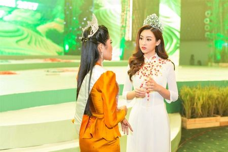 Hoa hau My Linh tu tin do dang cung Hoa hau Lao va Campuchia - Anh 2