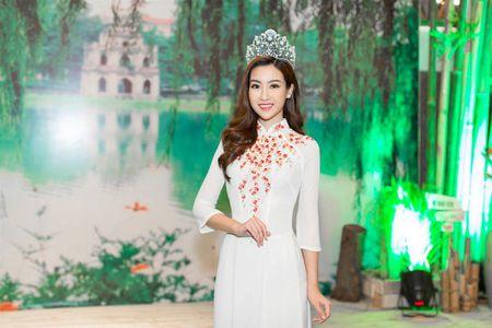 Hoa hau My Linh tu tin do dang cung Hoa hau Lao va Campuchia - Anh 4
