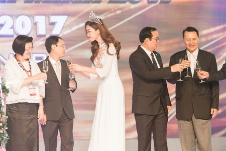 Hoa hau My Linh tu tin do dang cung Hoa hau Lao va Campuchia - Anh 6