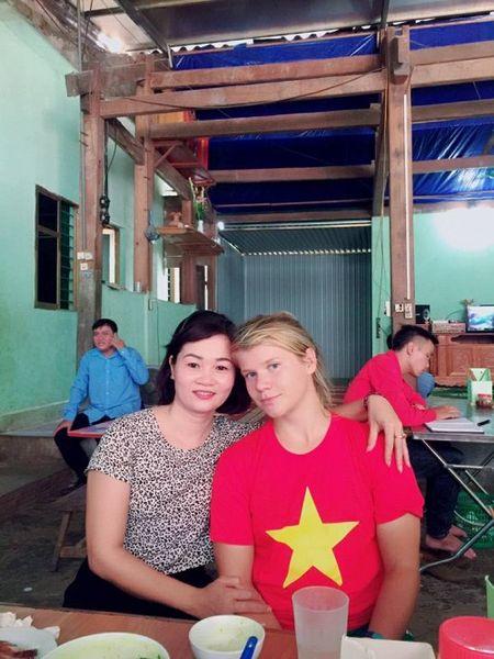 Lac duong khi chinh phuc Fanxipan, nu phuot thu nuoc ngoai duoc nguoi dan Tay Bac nhiet tinh giup do - Anh 2
