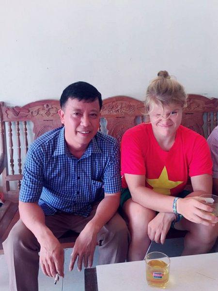 Lac duong khi chinh phuc Fanxipan, nu phuot thu nuoc ngoai duoc nguoi dan Tay Bac nhiet tinh giup do - Anh 3