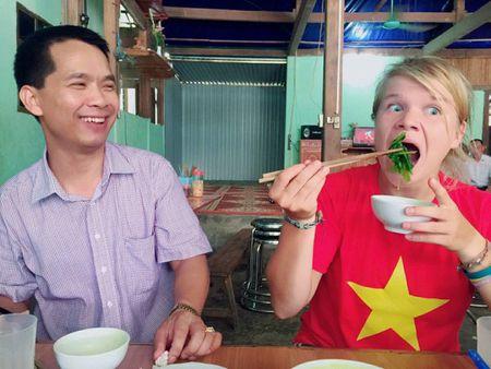 Lac duong khi chinh phuc Fanxipan, nu phuot thu nuoc ngoai duoc nguoi dan Tay Bac nhiet tinh giup do - Anh 5