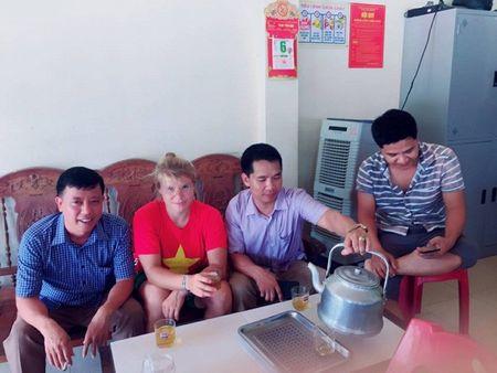 Lac duong khi chinh phuc Fanxipan, nu phuot thu nuoc ngoai duoc nguoi dan Tay Bac nhiet tinh giup do - Anh 6